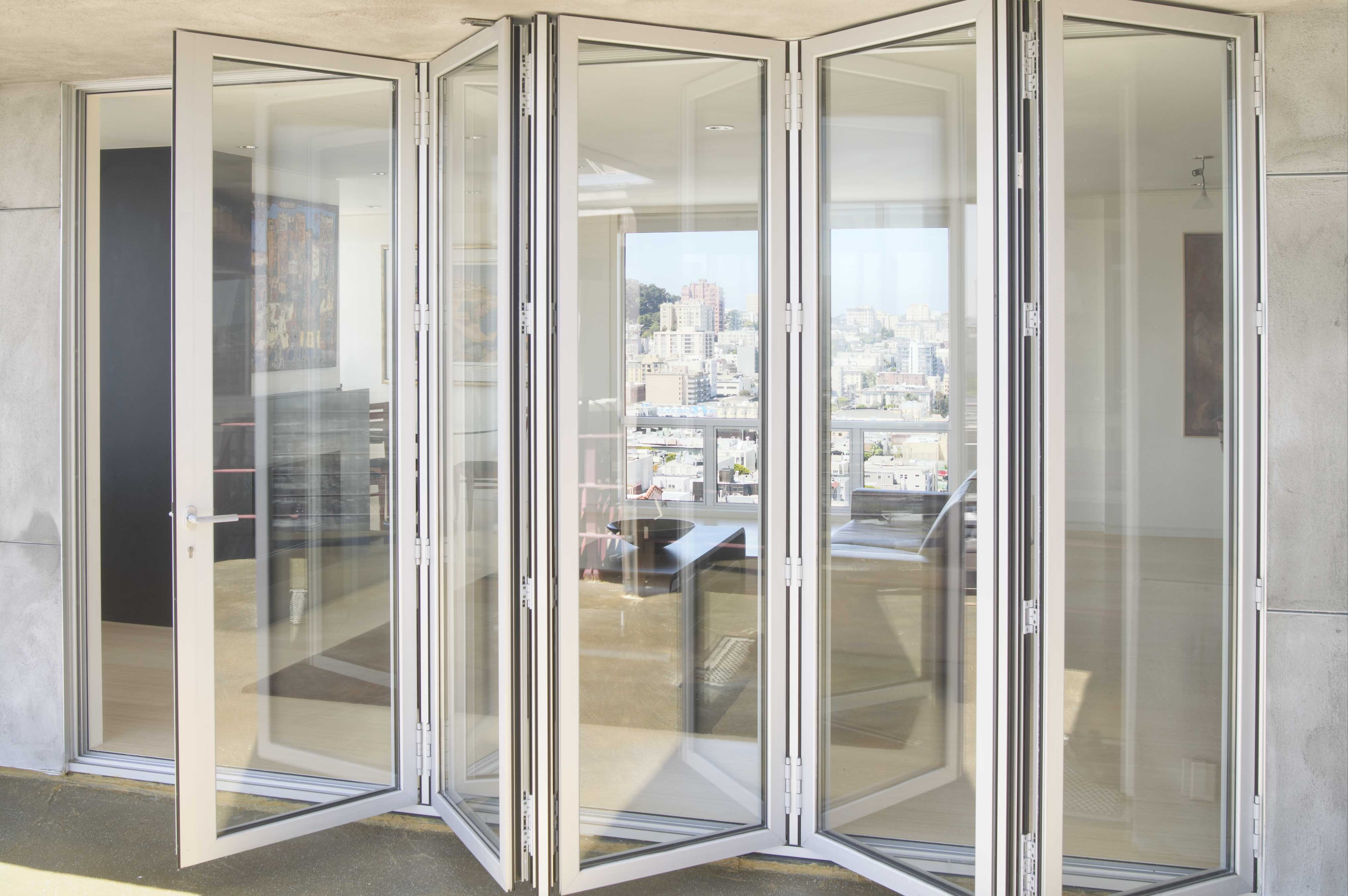 Пластиковая дверь-гармошка из 5 секций 5,2х2,5 м